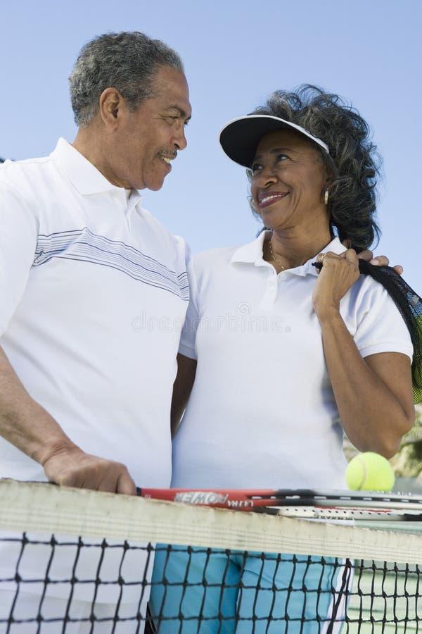 Älska par på tennisbanan royaltyfri bild