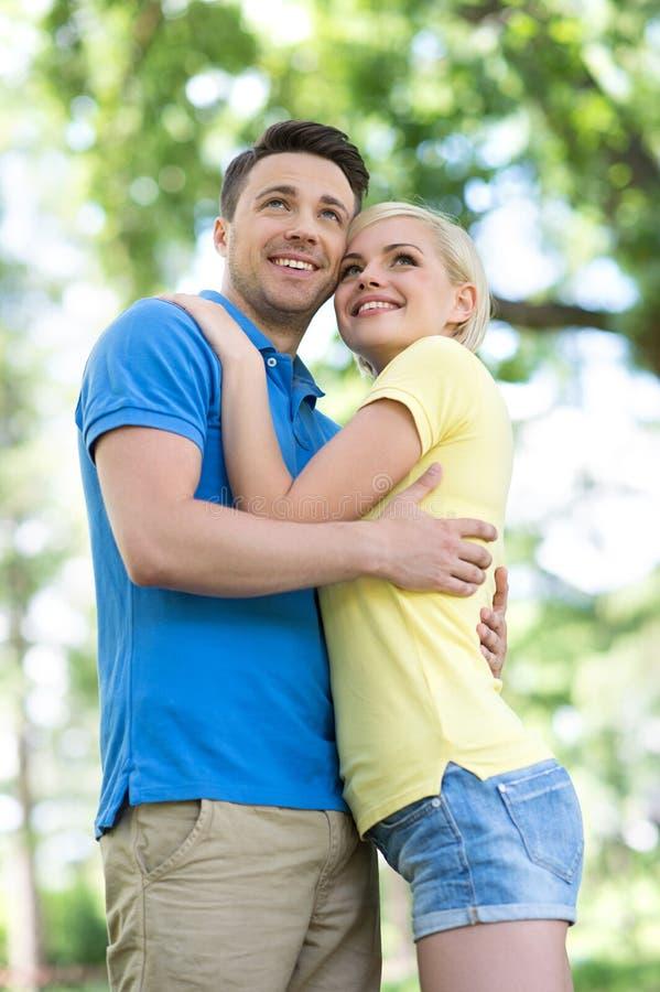 Älska par parkera in. fotografering för bildbyråer