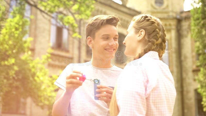 Älska par som ömt ser på de och att ha gyckel på, parkera, det romantiska datumet arkivfoto