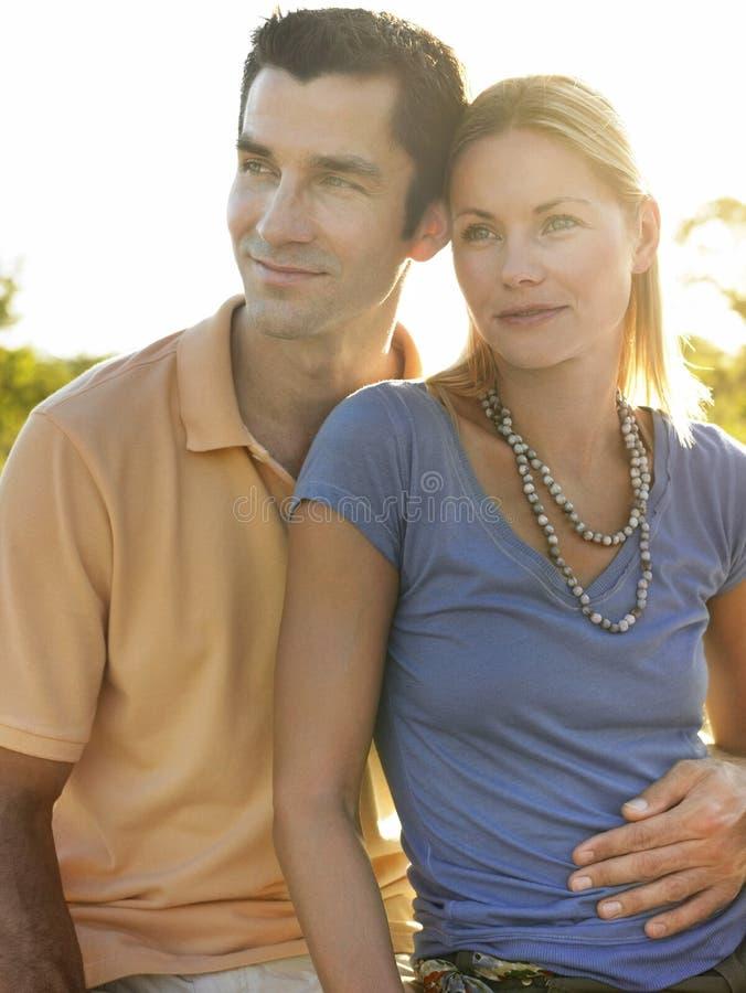 Älska par som bort ser royaltyfria bilder