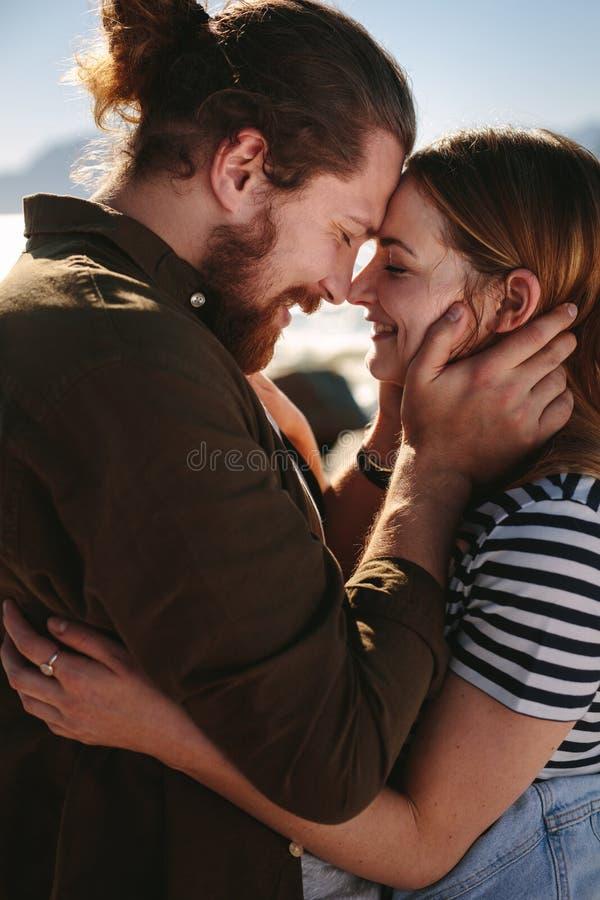 Älska par som fångas i romantiskt ögonblick arkivfoto