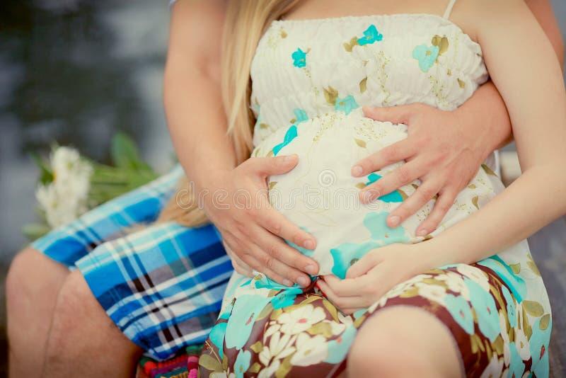 Älska par som förväntar, behandla som ett barn arkivfoto
