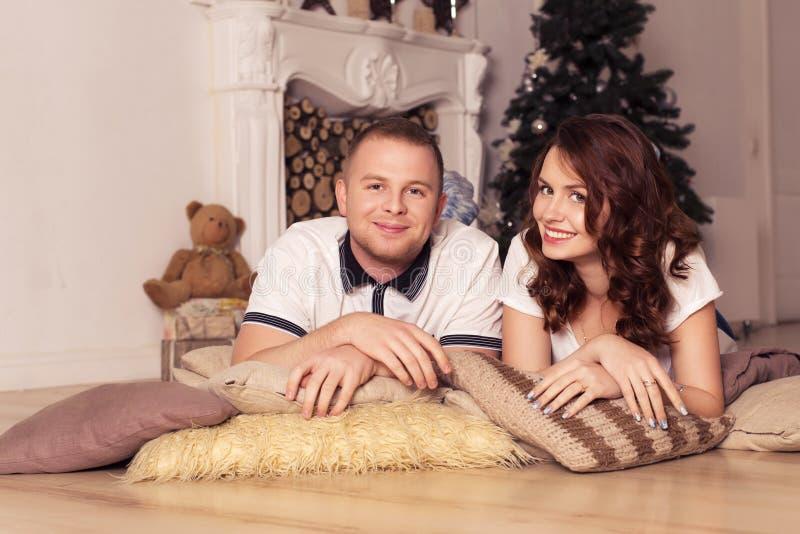 Älska par som firar jul och hemmastatt sammanträde för nytt år arkivbilder
