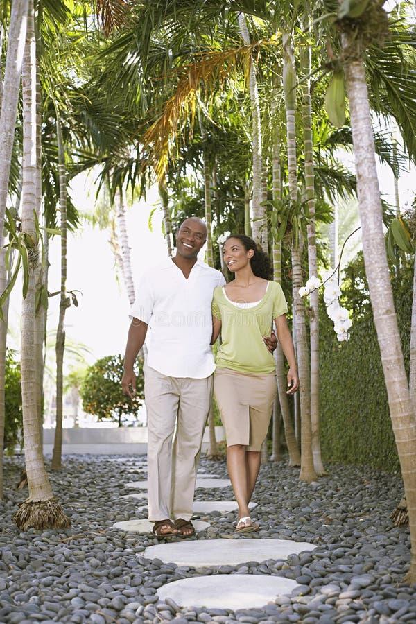 Älska par som går på banan fotografering för bildbyråer