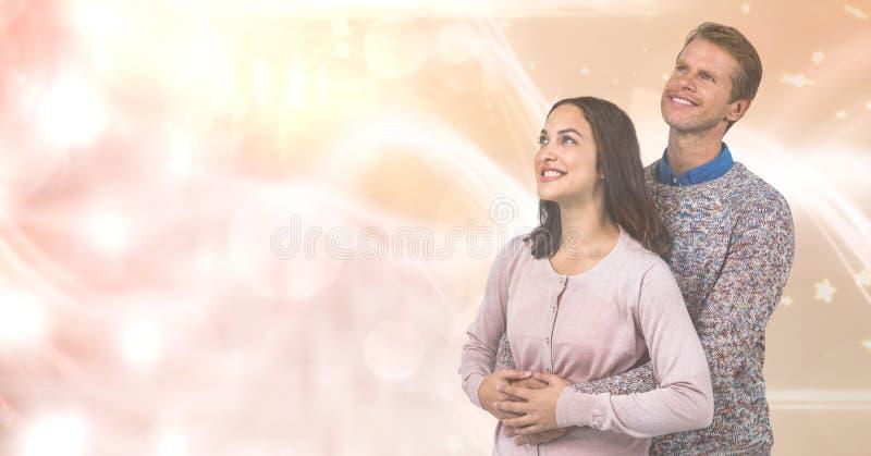 Älska par som ler, medan se bort över suddighetsbakgrund arkivbild