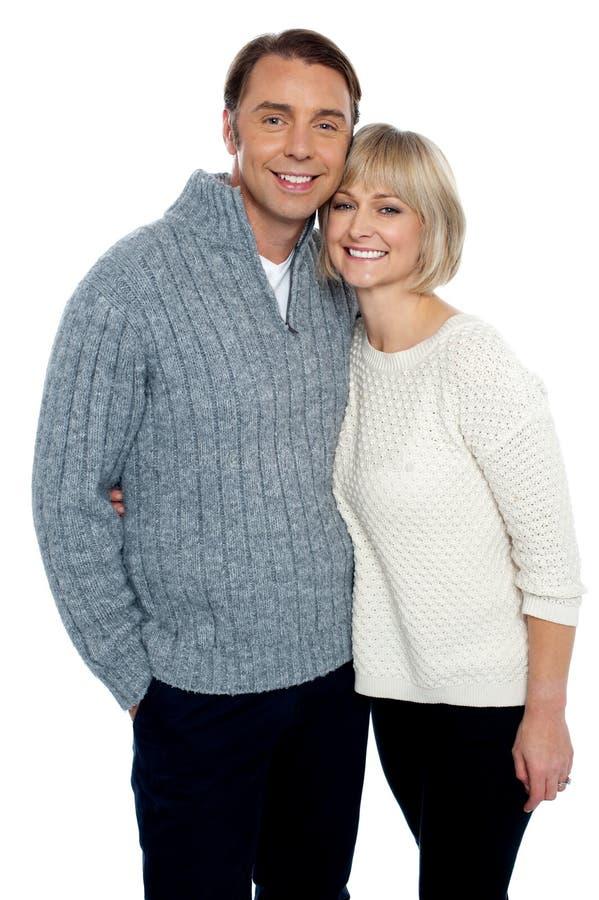 Älska par som menar värmen av varje annan arkivfoto