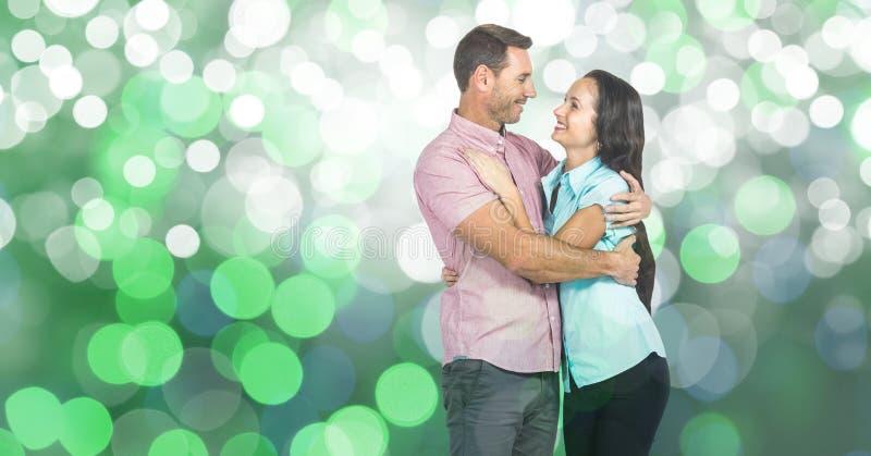 Älska par som omfamnar över bokeh royaltyfri fotografi
