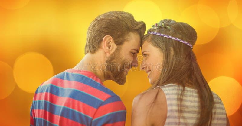 Älska par som ser de över bokeh arkivbild