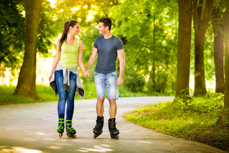 Älska par som tillsammans spenderar fri tid på rullen royaltyfria bilder