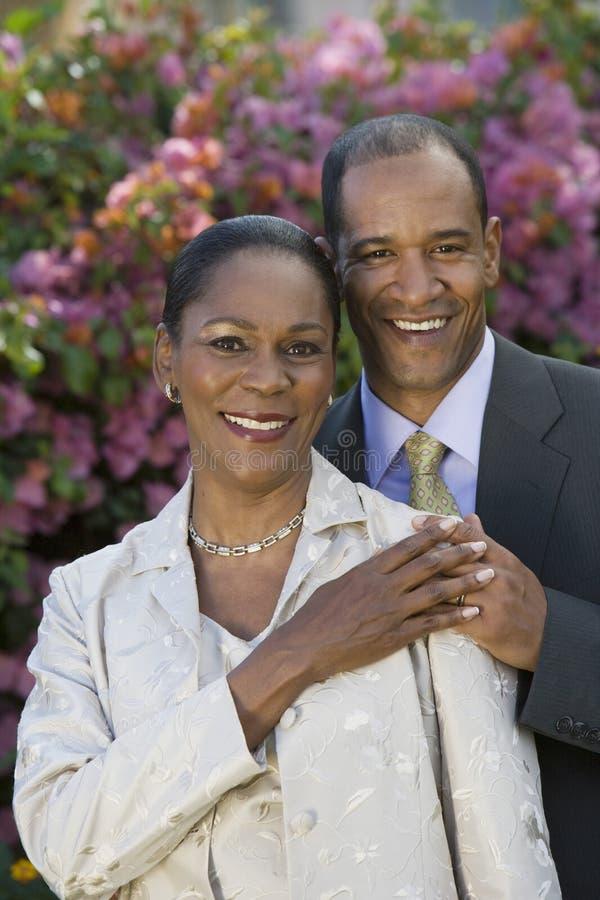 Älska par som tillsammans står fotografering för bildbyråer