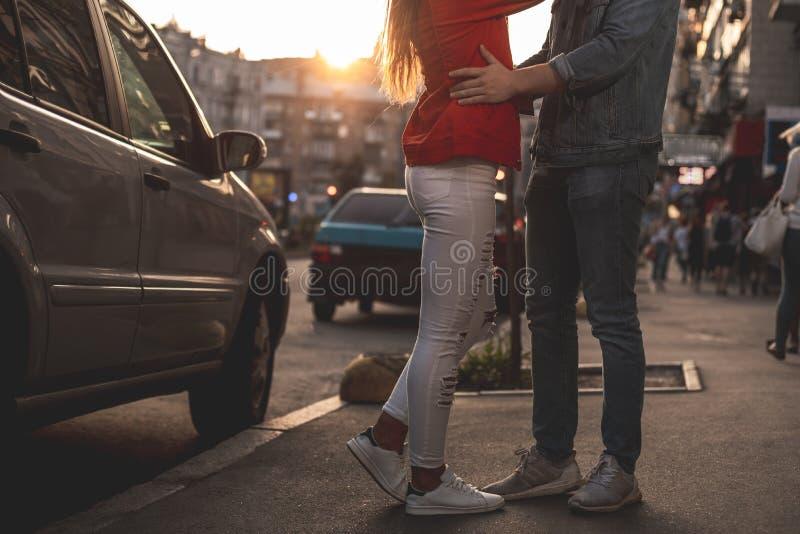 Älska par som utanför säger farväl efter datum royaltyfri bild