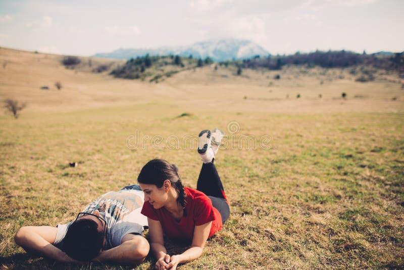 Älska par som vilar i natur royaltyfri bild
