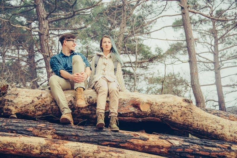 Älska par som vilar i skogen arkivfoto