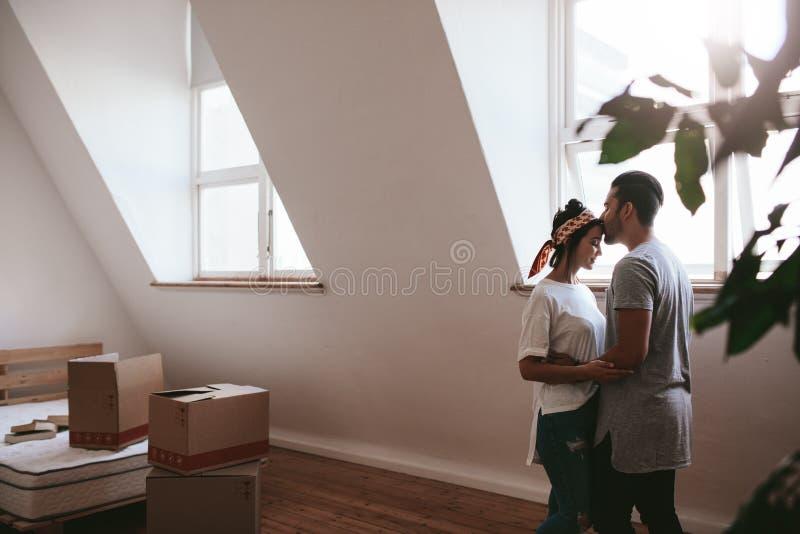 Älska parflyttning in i deras nya hem royaltyfri fotografi