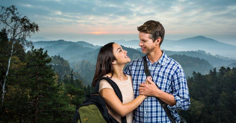 Älska parresande på berg arkivbilder