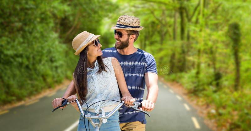 Älska parridningcykeln under sommarsemester fotografering för bildbyråer