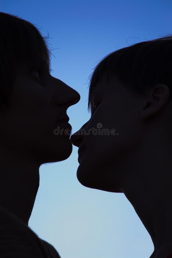 älska silhouette för par royaltyfri fotografi