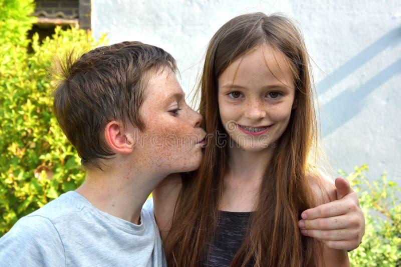 älska syskon fotografering för bildbyråer