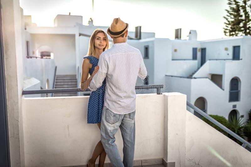 Älska unga caucasian parställningar och kramar, det fria, semesterort i Grekland arkivfoton