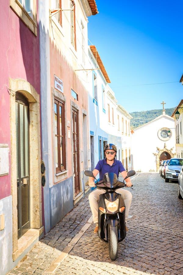 Älskare som rider en sparkcykel i söderna royaltyfri foto