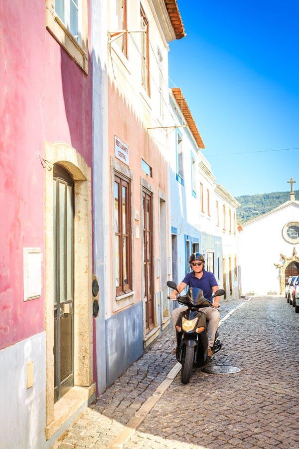 Älskare som rider en sparkcykel i söderna arkivbilder