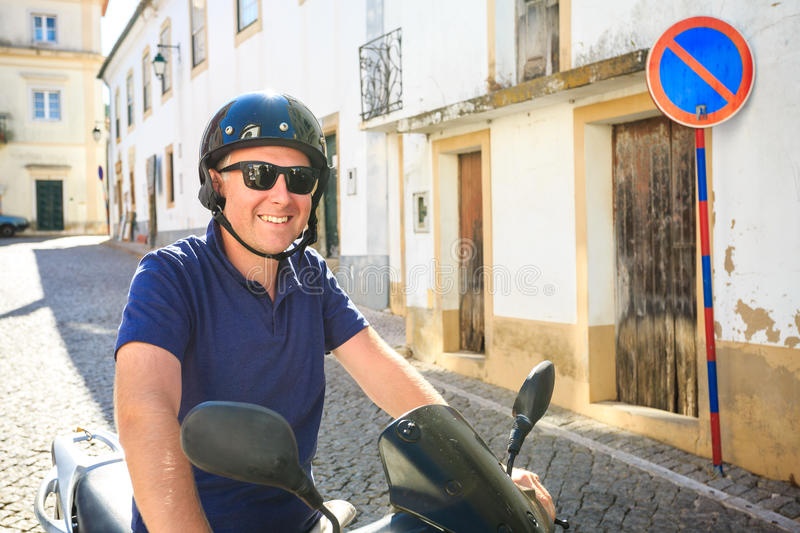 Älskare som rider en sparkcykel i söderna fotografering för bildbyråer