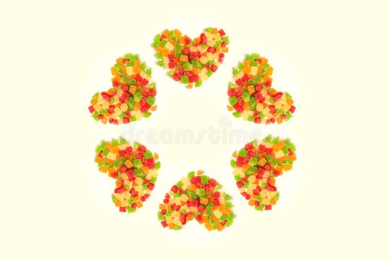 Älsklingar som göras av färgrika läckra kanderade frukter som gör en cirkel arkivfoton