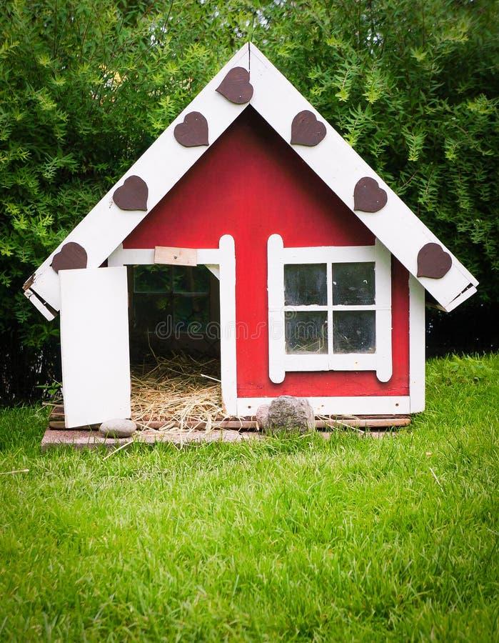 Älsklings- hus i trädgård   royaltyfri foto