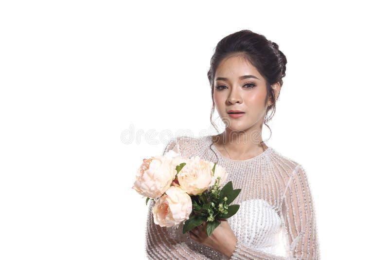 Älskvärd asiatisk härlig kvinnabrud i vit klänning w för bröllopkappa royaltyfri bild