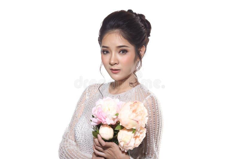 Älskvärd asiatisk härlig kvinnabrud i vit klänning w för bröllopkappa royaltyfria foton