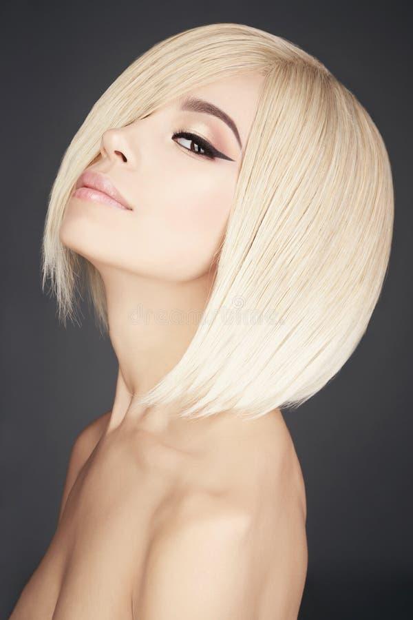Älskvärd asiatisk kvinna med blont kort hår royaltyfri fotografi