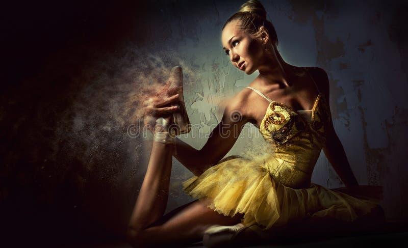Älskvärd ballerina i gul ballerinakjol stock illustrationer