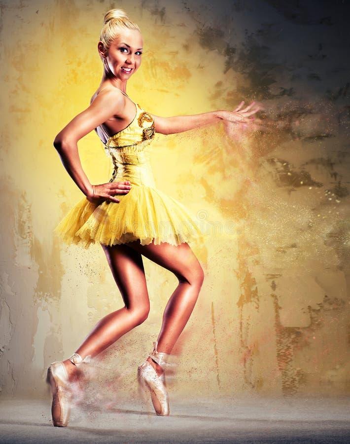Älskvärd ballerina i gul ballerinakjol vektor illustrationer