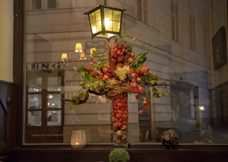 Älskvärd blommaordning inom restaurangen 'Zum Weissen Rauchfangkehrer ', den vita lampglassvepen som lokaliseras i Wien, Österrik fotografering för bildbyråer