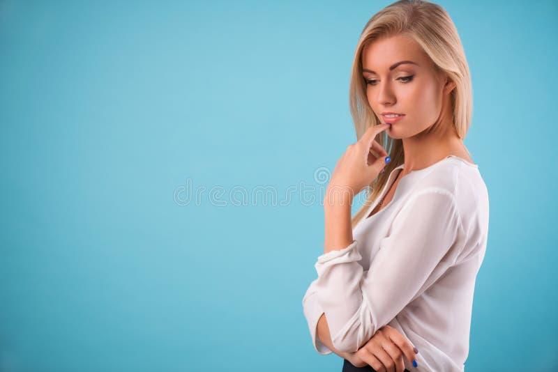 Älskvärd blond bärande vit blus arkivbilder