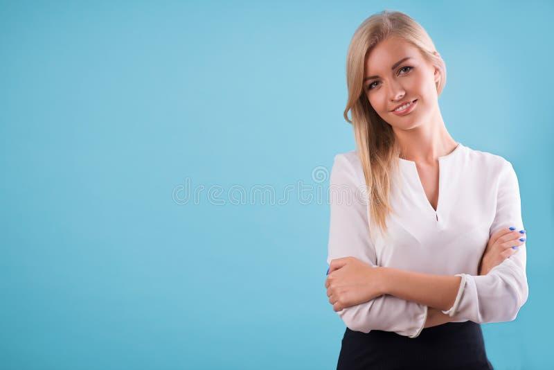 Älskvärd blond bärande vit blus royaltyfria bilder