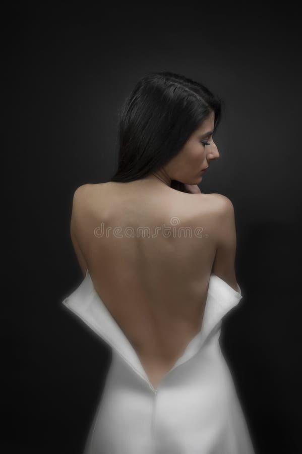 Älskvärd brud i bröllopsklänning arkivfoton