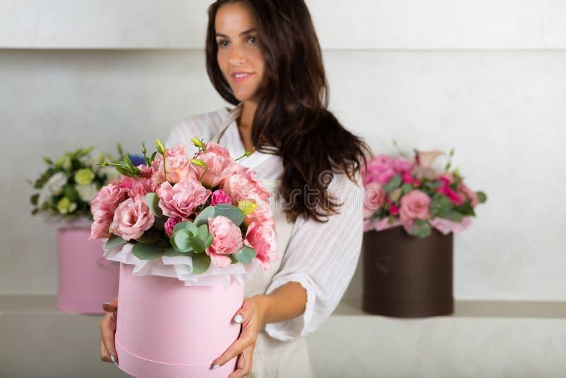 Älskvärd bukett i en blomsterhandel royaltyfri bild