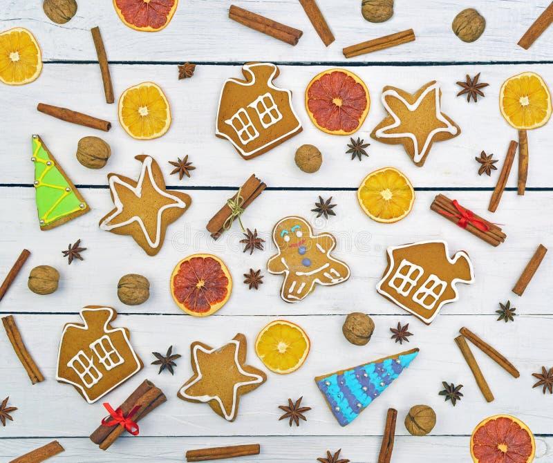 Älskvärd dekor för ` s för nytt år Julbakgrund, hemlagad gingerbr arkivfoto
