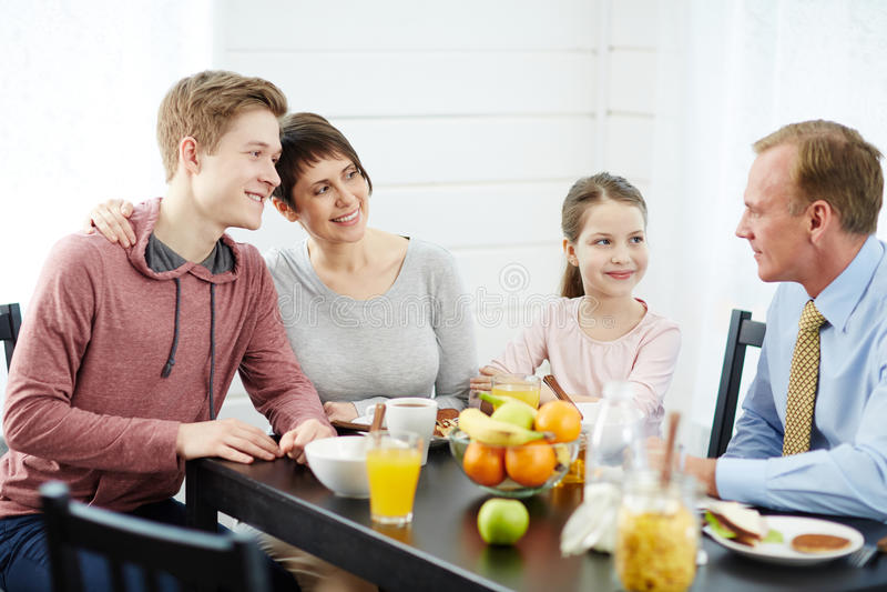 Älskvärd familj som har frukosten tillsammans royaltyfri fotografi