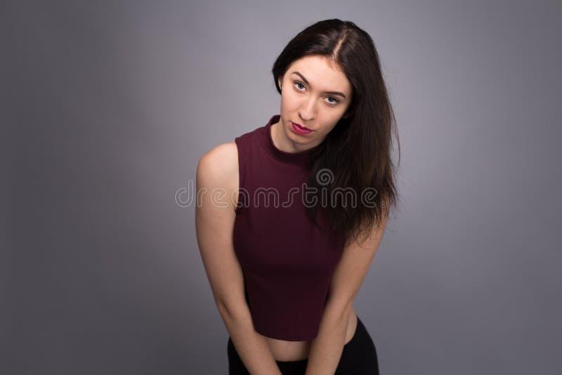Älskvärd flicka för stående i studion arkivfoto