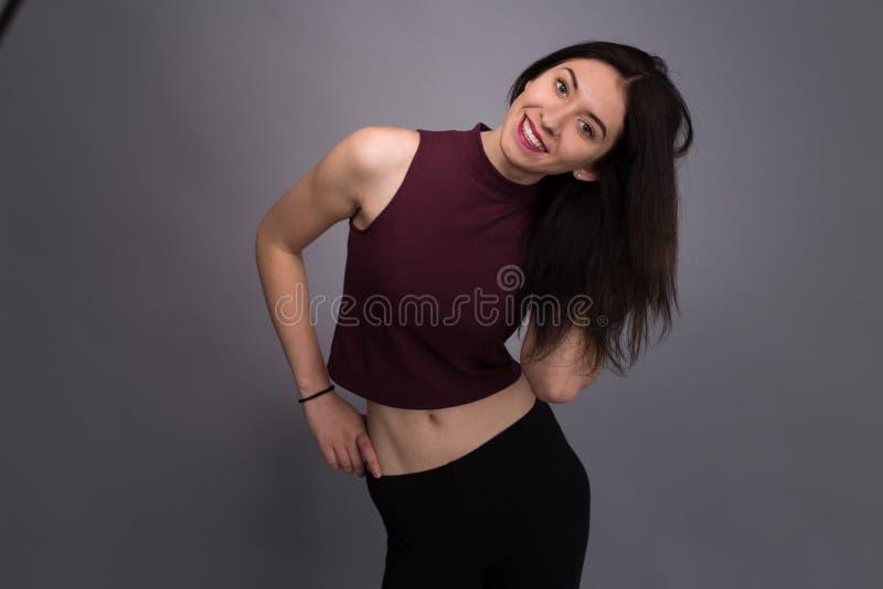 Älskvärd flicka för stående i studion arkivfoton