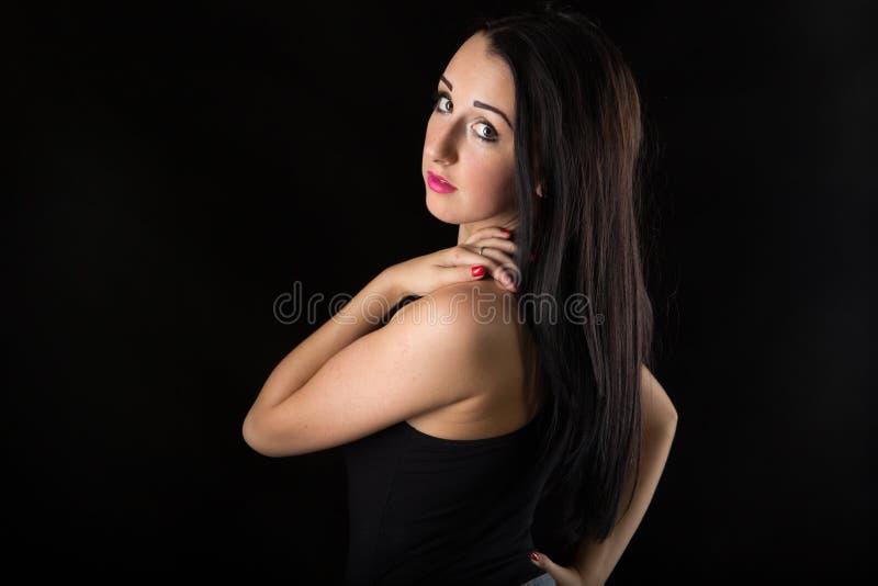 Älskvärd flicka för stående i studion royaltyfri foto