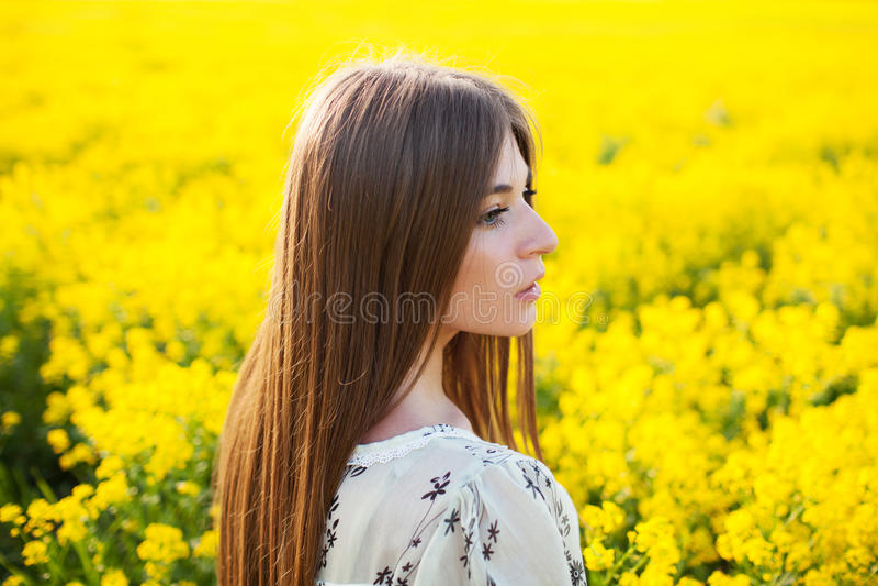 Älskvärd flicka i en sommarklänning arkivbild