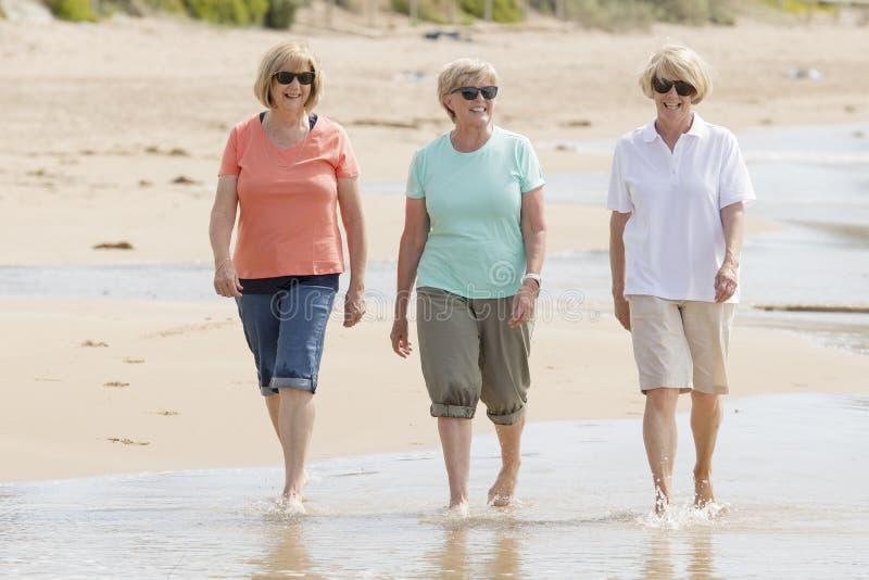 Älskvärd grupp av tre mogna pensionerade kvinnor för pensionär på deras 60-tal som har gyckel som tillsammans tycker om lyckligt  arkivbild