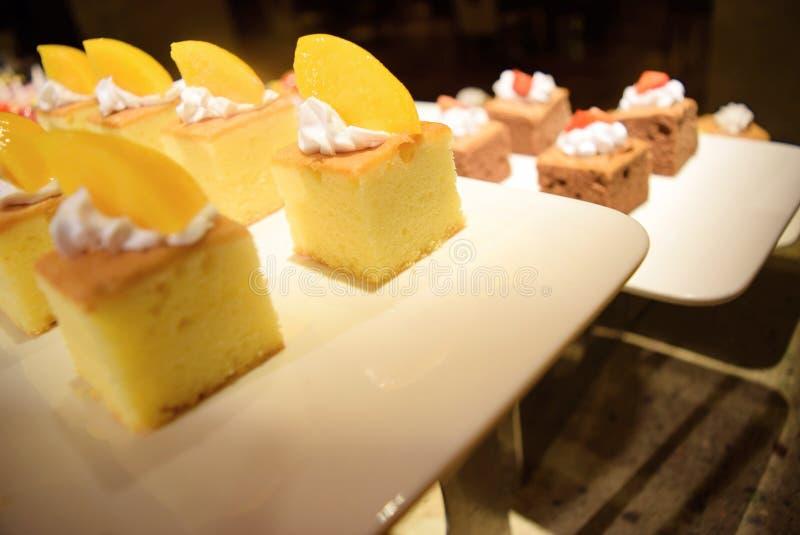 Älskvärd kaka på buffématställen royaltyfri fotografi