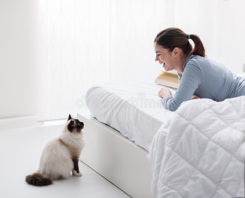 Älskvärd katt i sovrummet royaltyfria foton