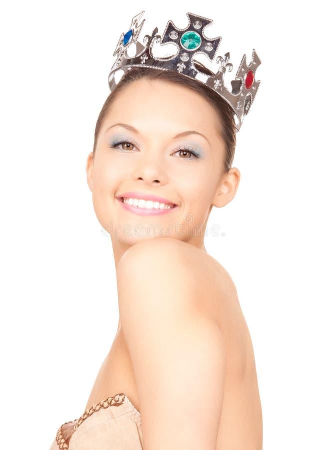Älskvärd kvinna i krona arkivfoto