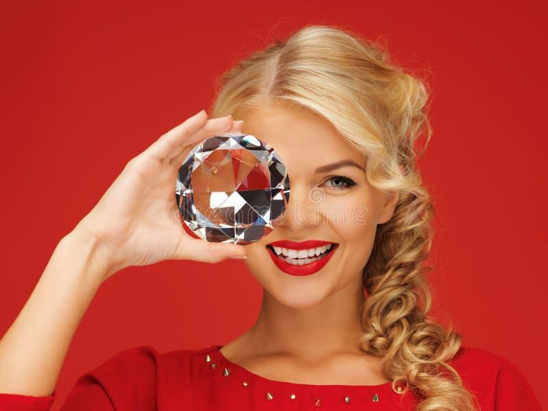 Älskvärd kvinna med den stora diamanten arkivfoto