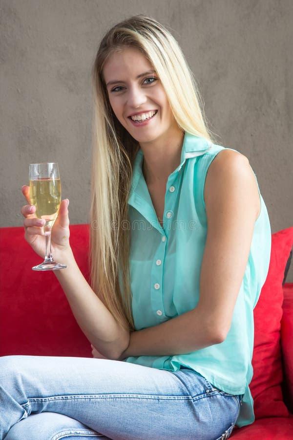 Älskvärd kvinna som kopplar av med drinken arkivfoton